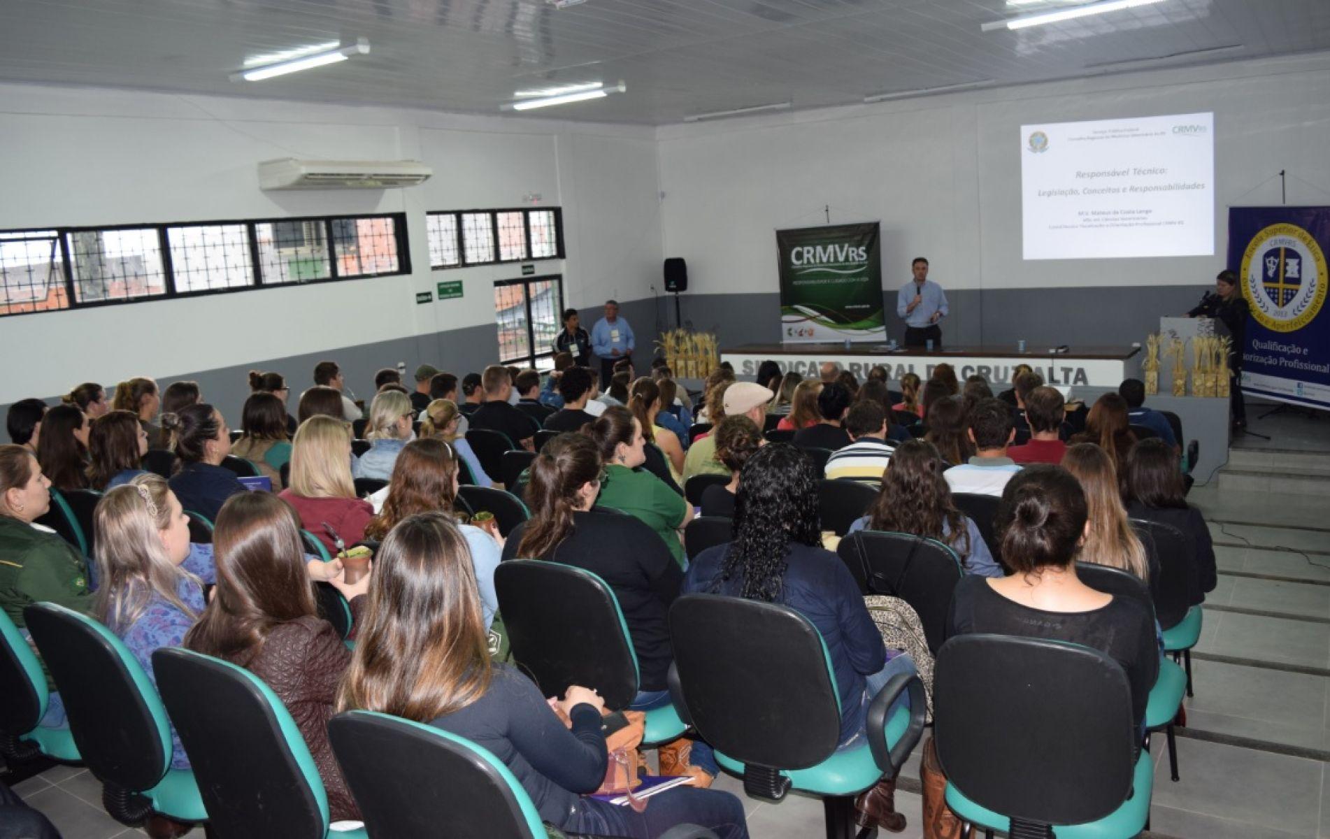 Mais de 100 inscritos participaram do Seminário