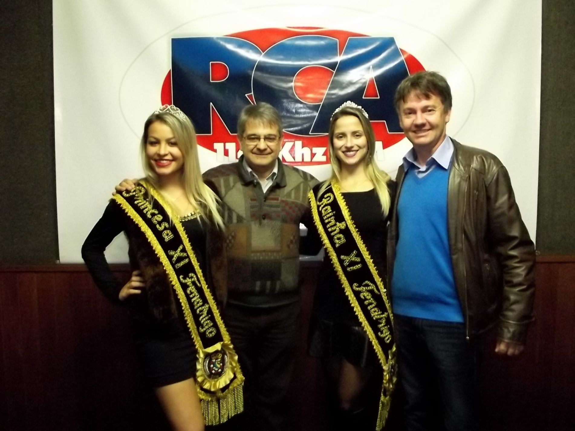 Presidente e soberanas com João Veríssimo na Rádio Cruz Alta