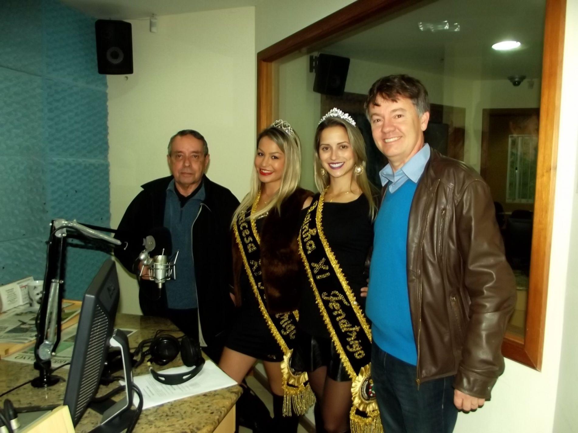 Presidente e soberanas com Yost Pereira na Rádio Independent